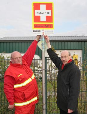 Rainer Bovermann und ein Mitarbeiter des DLRG an einer Tafel.